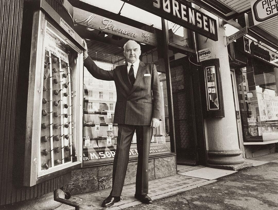 Fritjof Sørensen står utenfor butikken